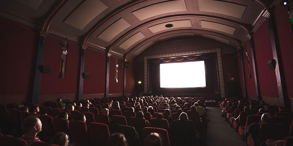 Сделать предложение девушке в кинотеатре